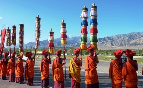 Spalier für den Dalai Lama
